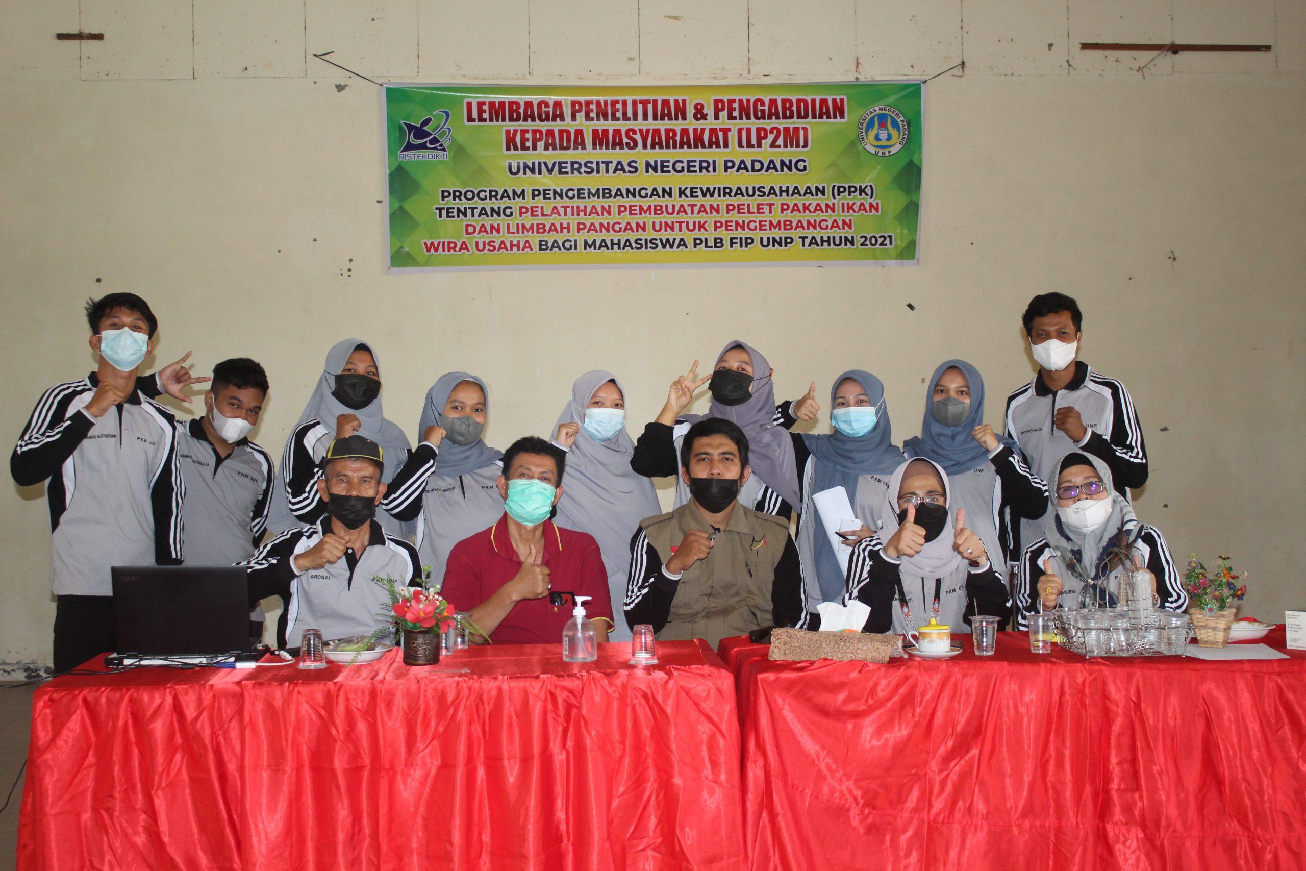 Pelatihan Pembuatan Pelet Pakan Ikan dari Limbah Pangan bagi Mahasiswa PLB FIP UNP